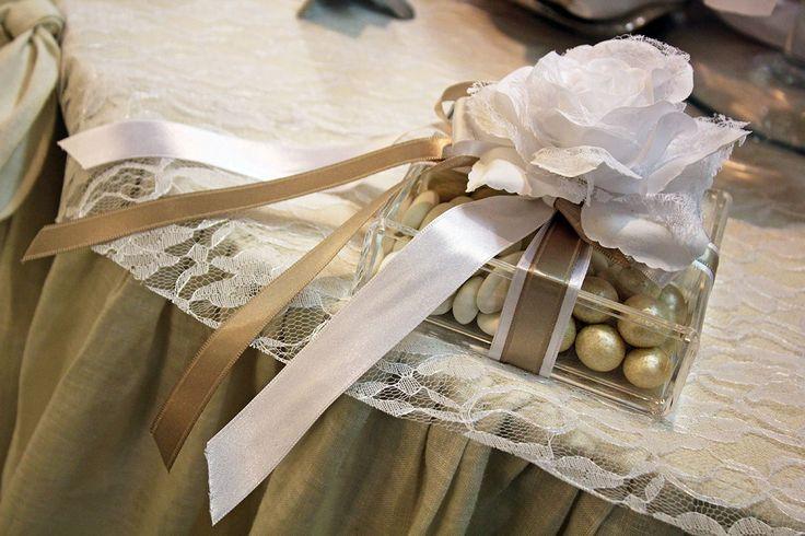 Scatola con #confetti avorio, rosa bianca e nastri in doppio raso.