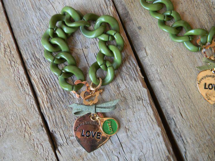Pulsera verde con gran corazón , con gargantilla a juego.