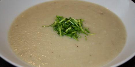 Der skal kun bruges 5 ingredienser til denne varmende og fedtfattige suppe med jordskokker.