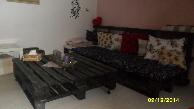 skvělá a pohodlná pohovka a konfalenční stolek