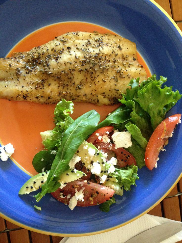 De las de enero.. a la parilla con hierbas a la italiana y lemon pepper y ensalada con arugula, aguacate, jitomate, queso de cabra y ajonjoli negro