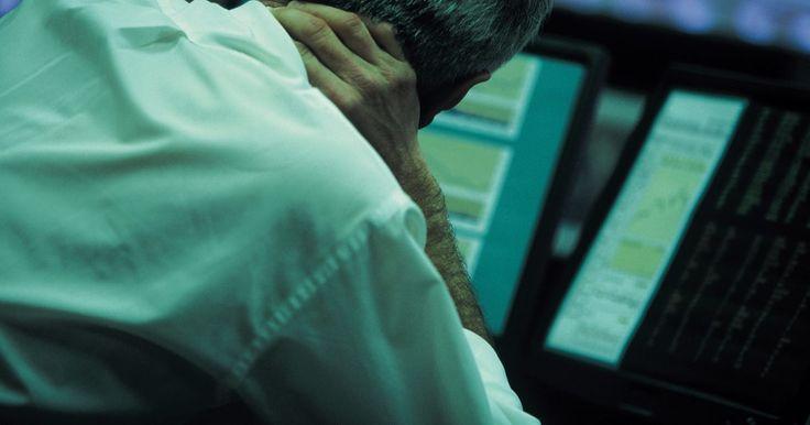 Problemas no pescoço: rangidos. Conforme envelhecemos, as articulações em nosso corpo, inclusive no pescoço, podem ficar danificadas e não funcionar tão eficientemente como antes. Quando elas se tornam gastas, os ossos começam e se friccionar uns contra os outros e depósitos de cálcio podem se formar em nosso pescoço. Nesse ponto, passa-se a escutar rangidos, ou sons de ...