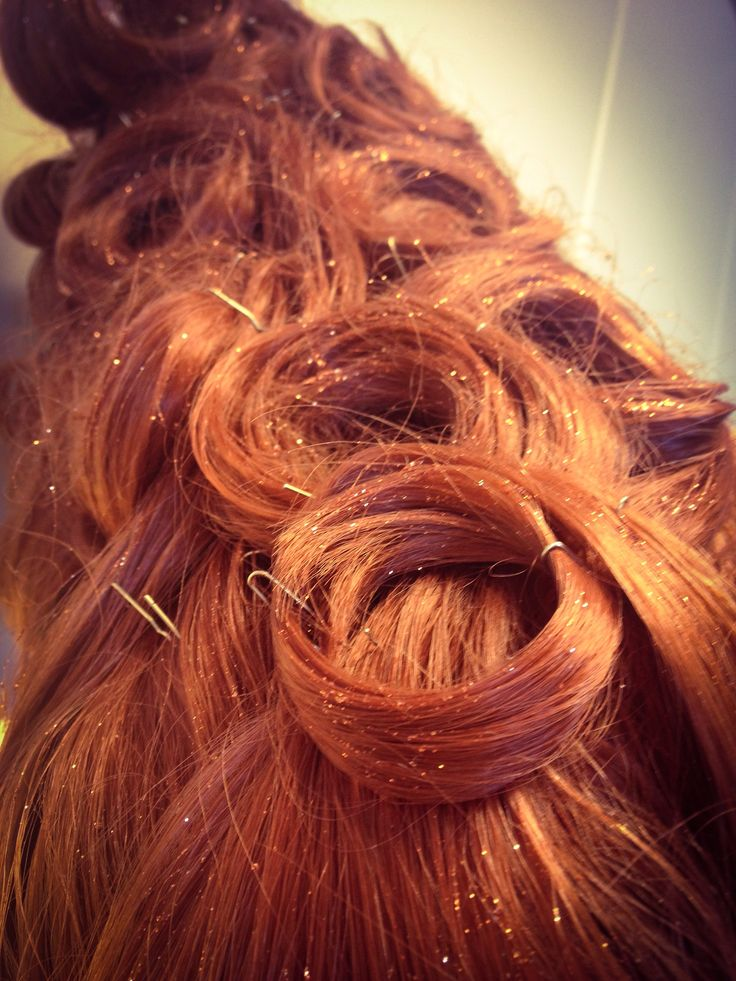 "Perukmakeri till musikalen ""La Cage aux Folles"". Maskör Mila L Roberts. #lacageauxfolles #peruk #maskör #teater #hair #musical #musikal"