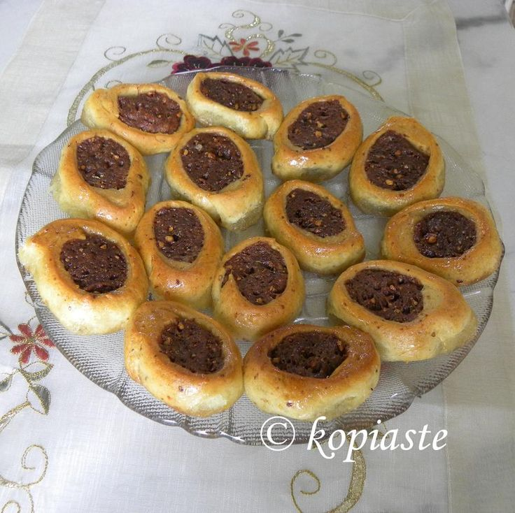 Roxakia are vegan, Greek bicoloured, yeasted dough cookies, which after being baked are drenched in syrup. #roxakia #vegan_cookies #dough_cookies #nistisia