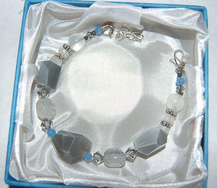 Love & Power armband 2. Vackert armband med halvädelstenar grå- och regnbågs månstenar, blå kvarts och Swarovski kristall pärlor. Silverpläterad mellandelar..