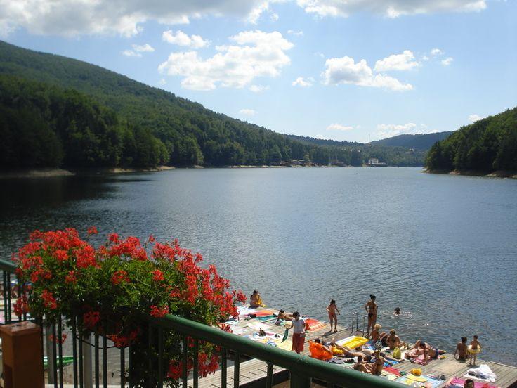 6 Lacuri din Romania in care sa te racoresti in zilele caniculare: Lacul Valiug, judetul Caras-Severin.