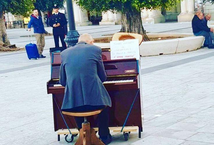 """""""Praticate gentilezza a caso e atti di bellezza privi di senso"""". Piazza Duomo un pianoforte un uomo che sorride alle difficoltà e la musica che ti riconcilia col mondo. #reggiocalabria #musica #pianoforte"""