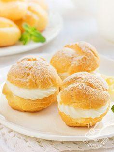 I Bigné alla crema di yogurt gluten free sono dei dessert da leccarsi i baffi, farciti con una soffice crema davvero inusuale, a base di yogurt greco! #bigneallacrema