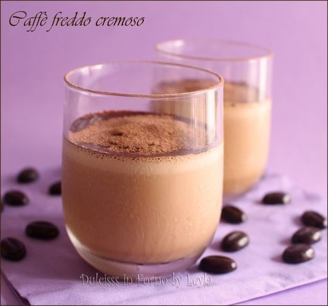 Un modo goloso per gustare il caffè freddo: frullato con latte e panna, in modo da renderlo una bevanda fresca e dissetante. Quasi una granita al caffè !