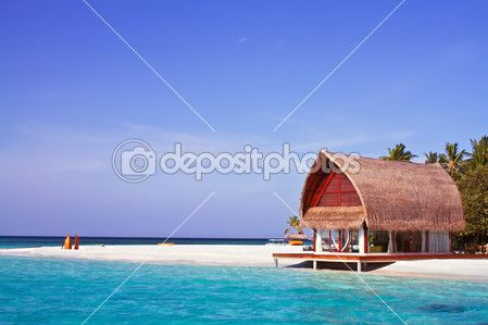 Krajina fotografie dům na pláži v Maledivy oceánu s modrou oblohou — Stock obrázek #17657023