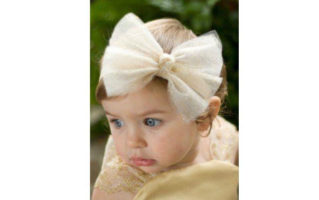 Um grande laço de tecido brilhante é uma opção de enfeite para a cabeça das pequenas. De Etsy. Foto: Pinterest/Ashley Abercrombie