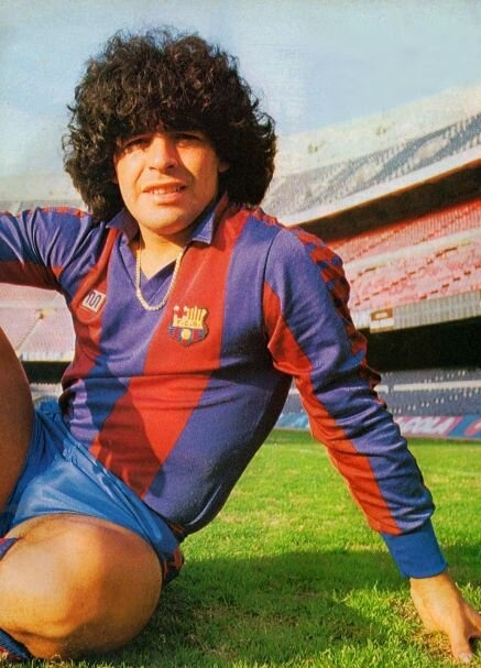 Maradona posa sobre el césped del Camp Nou. Fue 'barçargentino' entre 1982 y 1984. (foto enviada por Joan Fontes)