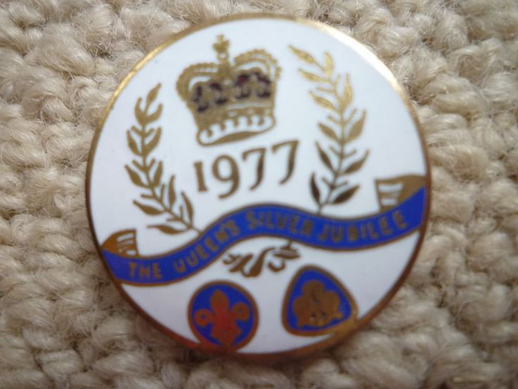 Vintage enamel and metal girl guide the queen's silver jubilee 1977 badge