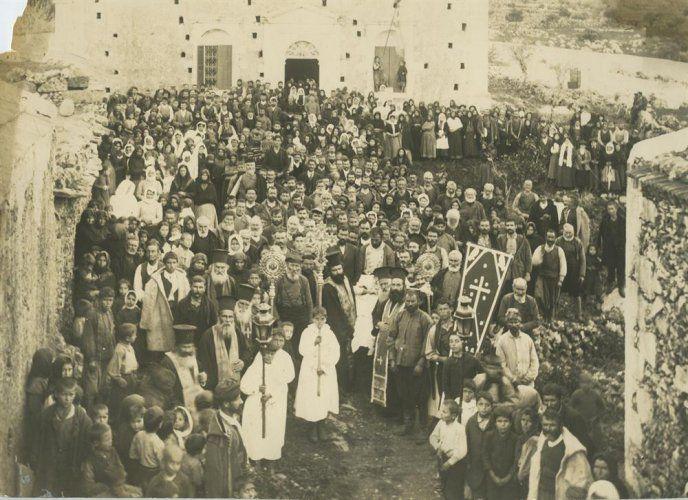 Θρησκευτική τελετή έξω από ναό. Κρήτη Στέφανος Φιωτάκης