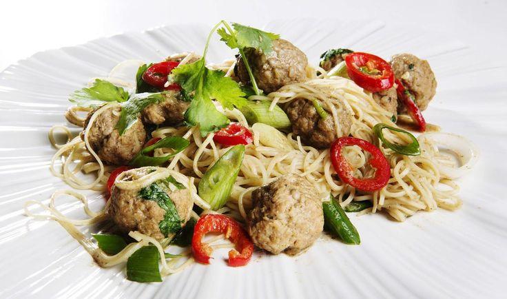 Spicy thaisalat med kjøttboller og nudler