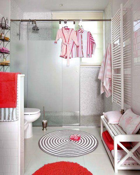 Por razones de espacio o por funcionalidad, cada día somos más los que instalamos zona de ducha en el baño. Los nuevos platos y las mamparas lo ponen fácil.