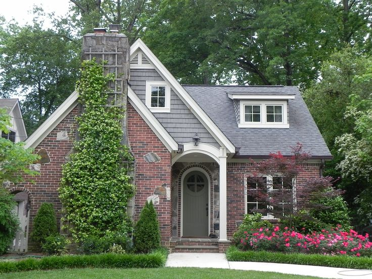 Cottage home rounded door chimney in front un voyage for Brick cabin