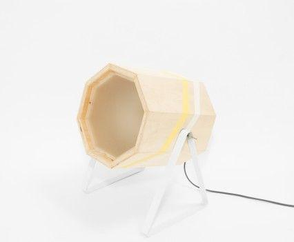 XL schuin voor  Houten lamp met gele en witte band in een wit gepoedercoat stalen frame.  In de maten XL en Medium.  De Spotlight wordt op de showUP beurs eind augustus geïntroduceerd en is vanaf september 2016 te koop. Meer informatie volgt!