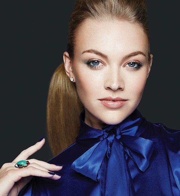 ¡Perfecta y estilosa! El must-have de esta temporada es la blusa de seda con pequeñas joyas como detalle en el cuello. Perfecta para un día en la oficina o una noche de fiesta.