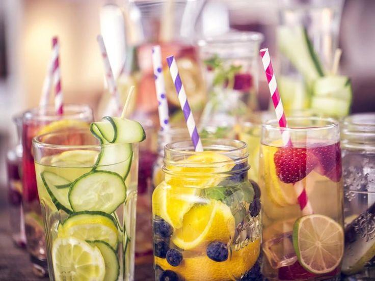 Podemos enriquecer y darle color y sabor al agua de muchas formas. Las infusiones o bebidas de frutas son una de ellas. Te damos algunos ejemplos: agua con fresas, limón y albahaca, agua con trozos de naranja y arándanos, agua con menta y sandía, agua con naranjas, limones y pepino, agua con fresas, lima, pepino y menta, agua con pomelo y romero, agua con frambuesas y vainilla natural o agua con limón, miel y menta. Las posibilidades son ilimitadas.