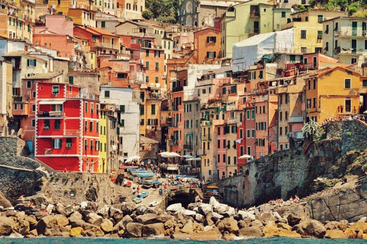 Manarola in the middle of the Cinque Terre, climbs the mountain from the small pier.