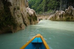 Agua turquesa en México desde el río Tampaón