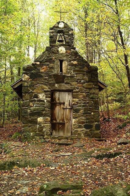 This little church in the woods is located in Stowe, Vermont on a hillside behind the Trapp family home (the real life family that the Sound of Music was based on), Werner Von Trapp built a stone chapel in thanksgiving for his safe return from WW II (in the early 1940's). ❤️