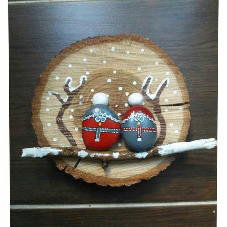 Kütük üzerine taş tasarım pano #tas #tasarım #elemegi #handmade #taşsanatı #tastasarim #nealsam #hediyelik #pano #taş #baykuş #kütük #dogal #dogaltas #kış #yılbaşı