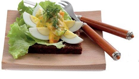 Æggemad med urtemayonnaise Et godt og enkelt stykke smørrebrød med æg og en velsmagende mayonnaise blandet med lidt urter og pyntet med karse. Servér evt. en ostemad bagefter.