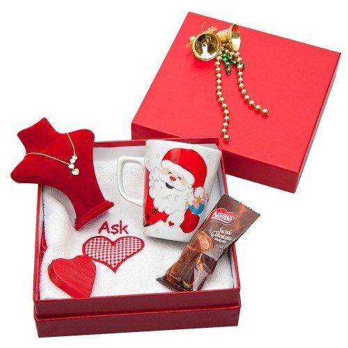 """""""Romantik ve hafızalara kazınacak bir yeni yıl hediyesi arıyorum"""" diyenlere müjde!  Çan ve yeni yıl zinciri ile süslü şık kapağıyla birlikte tarafınıza ulaştırılacak olan bu kutuda noel baba baskılı kupa bardak, kalp nakışlı havlu, sıcak çikolata, kalpli çikolata ve sergi büstüyle altın kolye bulunmaktadır.Daha fazla hediye seçeneği için: http://www.hediyedenizi.com/yilbasi-hediyesi"""