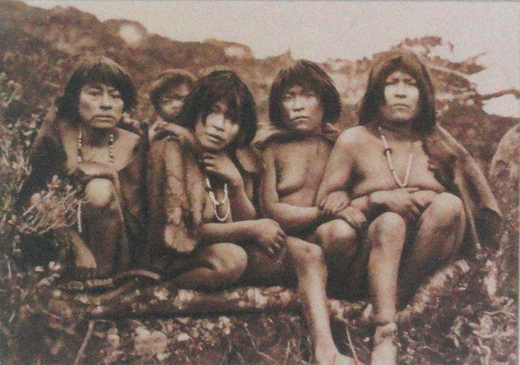 Yagans tribe, Tierra del Fuego (disparus ajd, génocide européen pour la ruée vers l'or... ) : Malgré le froid humide des territoires habités par les Fuegins, leurs vêtements laissaient une grande partie du corps découvert. On explique ce paradoxe apparent par le fait que c'était précisément une façon d'éviter la saturation en humidité (qui accélère la perte de chaleur corporelle) due à la ventilation des zones de la peau où la perte de chaleur est minimale..