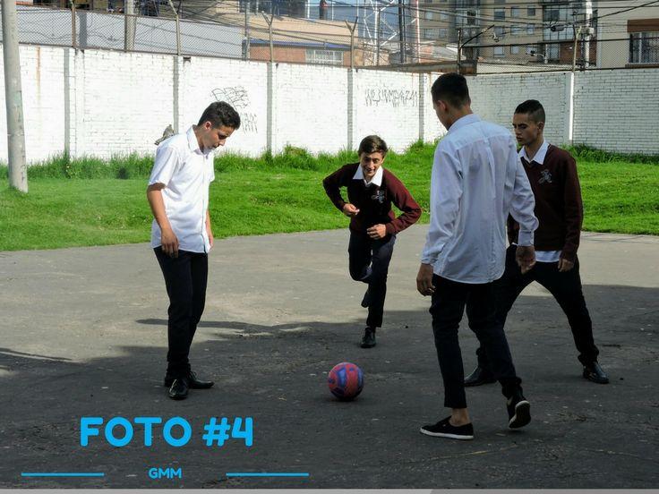 Titulo: Futbol en el descanso Fotografo: Maira Descripcion: Tercera secuencia de la primera foto futbol en el descanso Lugar:Patio 4 Fecha: 3 abril  2017 Plano: General Angulo: Frontal