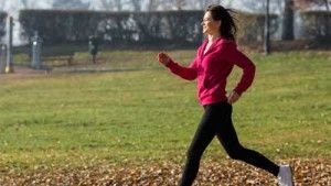 Olahraga ringan yang dapat membantu meredakan nyeri adalah berjalan kaki selama 30 menit, dengan begitu anda membuat gerakan otot sehingga dapat meningkatkan denyut jantung dan dapat melancarkan aliran darah juga meningkatkan metabolisme tubuh. Selain jalan kaki olahraga jogging juga salah satu olahraga alternatif untuk anda yang mengalami nyeri saat haid. Namun untuk anda yang senang dengan olahraga yang tenang tanpa banyak bergerak, anda dapat coba olahraga Yoga, yang fokus ke pernafasan.
