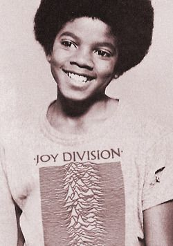 Michael Jackson usando camisa do Joy Division