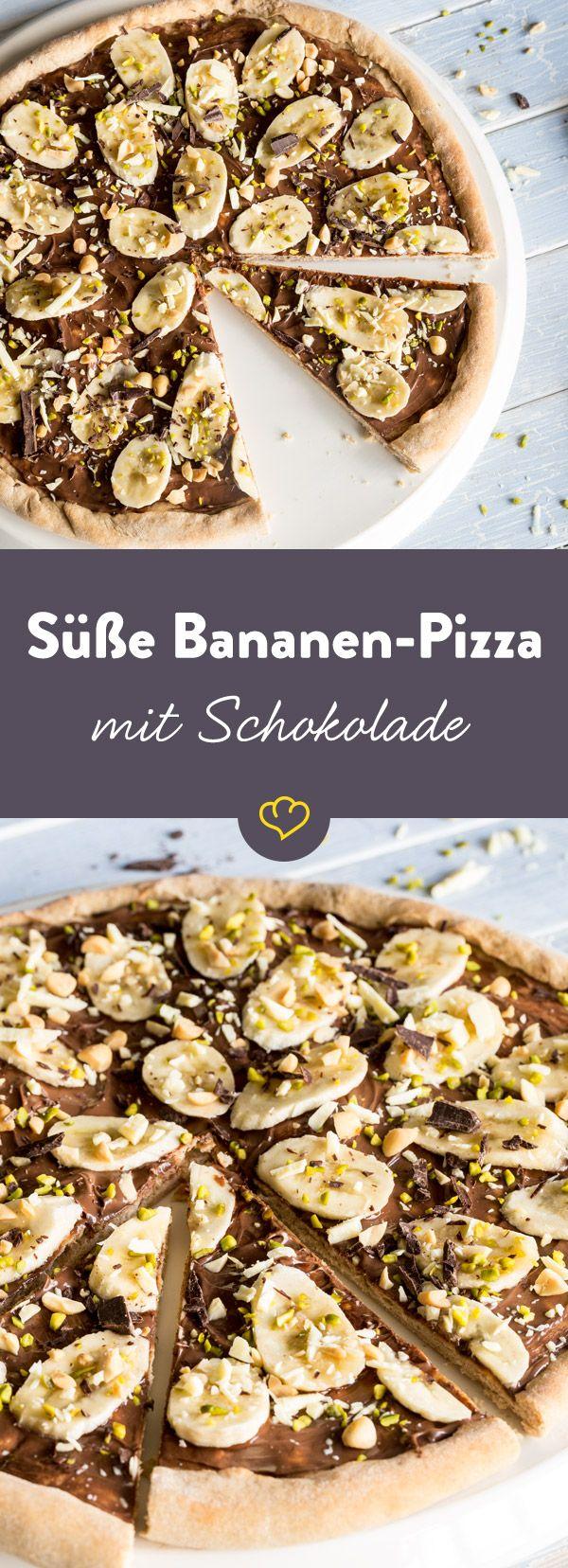 Du willst große Jubelstürme ernten? Dann mach süße Pizza mit geschmolzener Nuss-Nougat-Creme, Bananen, gesalzenen Erdnüssen und Pistazien.