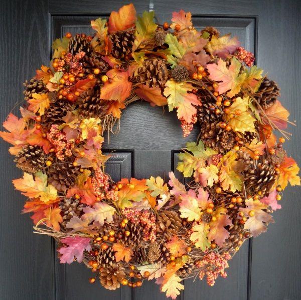 Осенний декор - венок из листьев и шишек