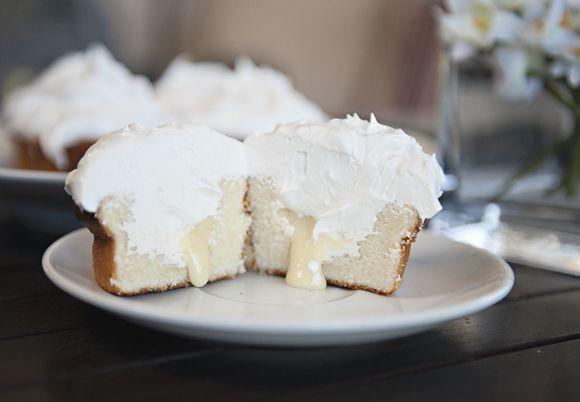 Vanilla Cupcakes with Lemon Filling & Meringue Frosting. Recipe on the blog.: Frostings Cupcake, Lemon Cupcake, Vanilla Cupcakes, Cupcake Recipe, Cakes Cupcake, Meringue Frostings, Sweet Vanilla, Yummy Cupcake, Lemon Fillings