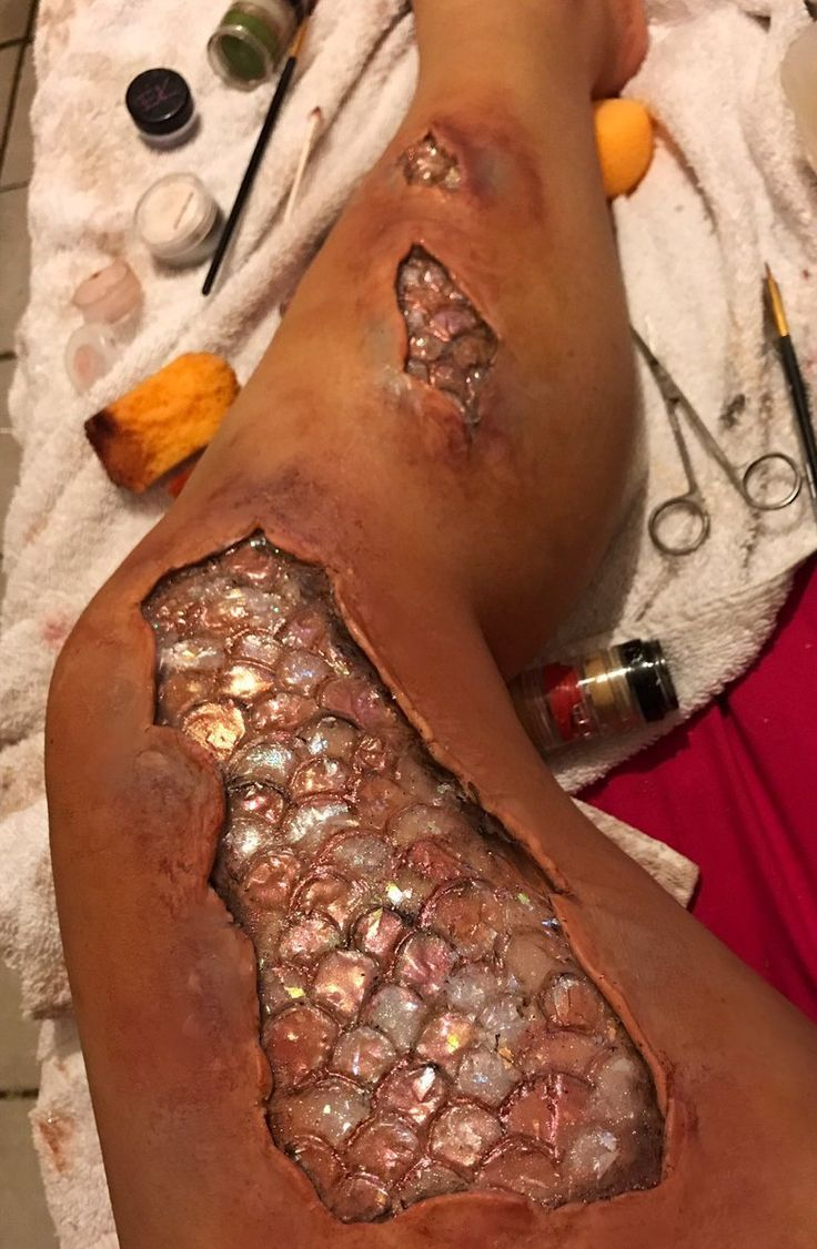 http://www.revelist.com/makeup/realistic-mermaid-makeup/7926/With her special FX tools, Channing created these hyperrealistic mermaid scales./1/#/1