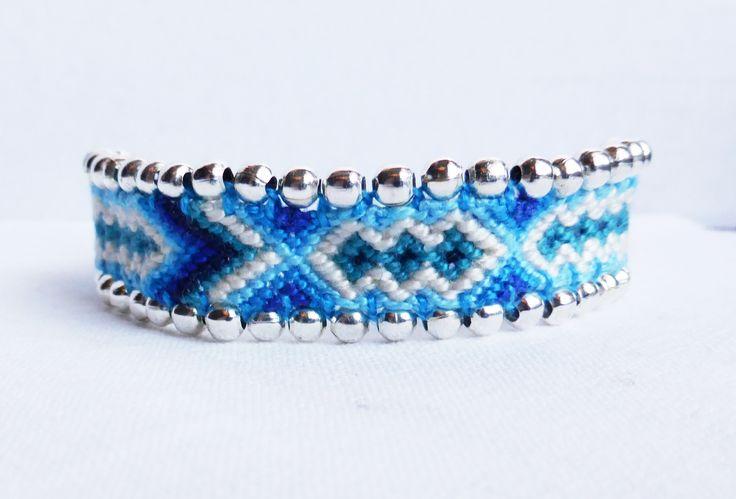 bracelet brésilien tons bleus customisé avec des perles argentées. création Kiline