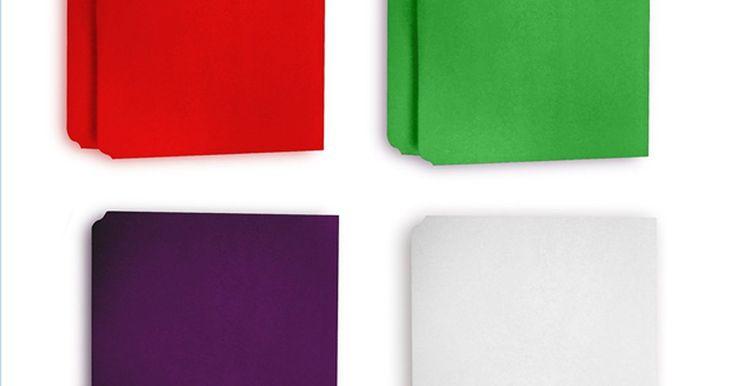 Cómo hacer etiquetas para carpetas de archivo. Las carpetas de archivos son un artículo indispensable en los negocios y el hogar. Fueron creadas para organizar y vienen en diferentes estilos y colores. La mesa de carpetas de archivos es utilizada para guardar formularios, facturas u otros documentos. Puedes distinguir una carpeta de otra gracias a las etiquetas. Haz tus propias etiquetas con ...