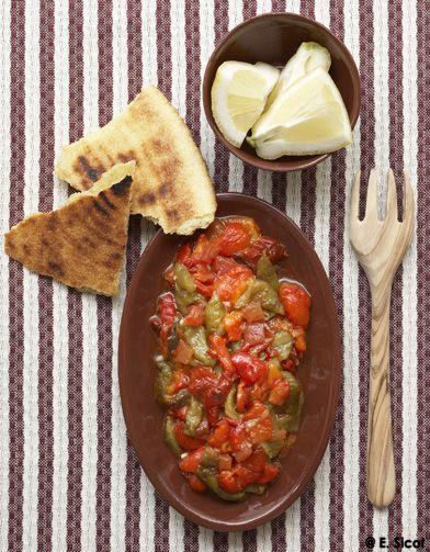 Recette Salade de poivrons grillés : Rincez les poivrons et posez-les sur la plaque du four. Faites-les cuire sous le gril, 20 mn environ, en les retournant so...