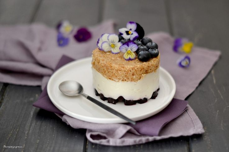 Des petits cheesecakes sans cuisson aux myrtilles et à la noix de coco ... ils sont tout frais, tout doux, venez découvrir leur recette sur le blog !