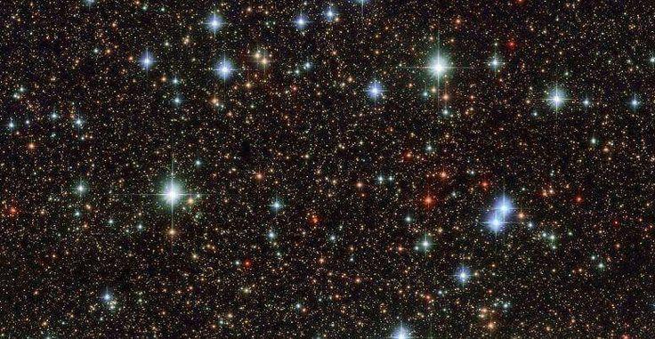 Günün Fotoğrafı: Hubble Uzay Teleskobu ile çekilen Samanyolu Galaksisi'nin görüntüsü! Yıldızların renkleri onlarla ilgili birçok sırrı açığa çıkarıyor: Kırmızı tonlar yıldızın Güneş'ten daha soğuk ve ömrünün son zamanlarında olduğunu gösterirken parlayan mavi tonlar ise yıldızın sıcak, genç ve Güneş'ten çok daha büyük bir kütleye sahip olduğunu gösteriyor. Kaynak: ESA/NASA