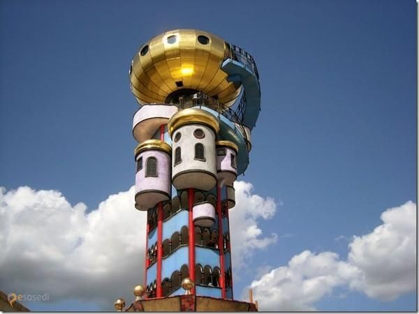 Пивная башня – #Германия #Бавария (#DE_BY) Эта удивительная башня, построенная по проекту Хундертвассера в баварском городе Абенсберг на деньги местного пивовара, является Музеем пивных кружек и бокалов. Экспонатов здесь насчитывается более 4 тысяч. А у подножия пивной башни весьма логично разместился биргарден, где разливается свежее пиво от того самого пивовара. http://ru.esosedi.org/DE/BY/1000078196/pivnaya_bashnya/