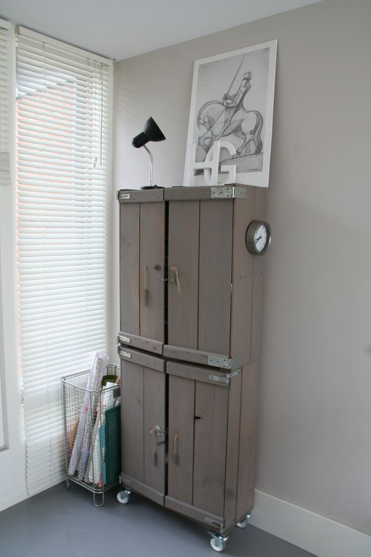Kast van oude kisten. Styling van een zolderruimte. Ontwerp en styling Buro Flip   www.buroflip.nl