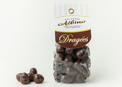 Pralina di forma irregolare composta all'interno da una gelèe al cocco ricoperta di cioccolato fondente. Note fruttate di cocco
