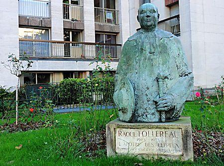 Statue de Raoul Follereau (1903-1977) apôtre des lépreux. Fondateur en 1966 de la Fédération Internationale des Associations de lutte contre la lèpre.Place Raoul Follereau. paris 10ème arr.