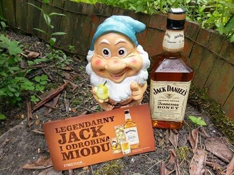 nawet krasnal posmakował haha #wybeetnepolaczenie #miodowyJack #TennesseeHoney https://www.facebook.com/photo.php?fbid=1096684473726437&set=o.145945315936&type=3&theater