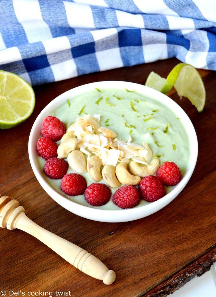 Smoothie bowl tout doux à l'avocat (pour plus de gourmandise: ajout d'une banane (ou 1/2 banane) dans la purée mousseline avocat-citron-framboises-coco-cajou /graines de chia, (purée d'amandes), zeste,coco râpée, framboises et noix de cajou pour déco