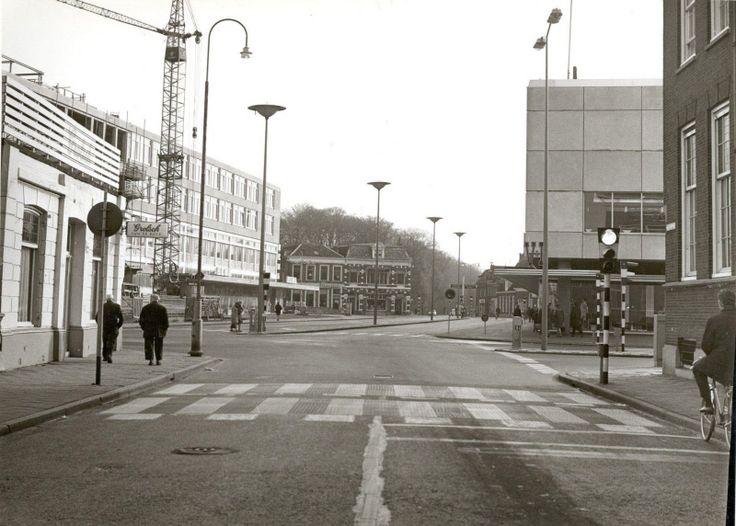 Wierdensestraat, rechts op de voorgrond de Algemene Bank Nederland, daarachter Vroom en Dreesmann. Links op de foto de aanbouw van de Hema. | Mijn Stad Mijn Dorp